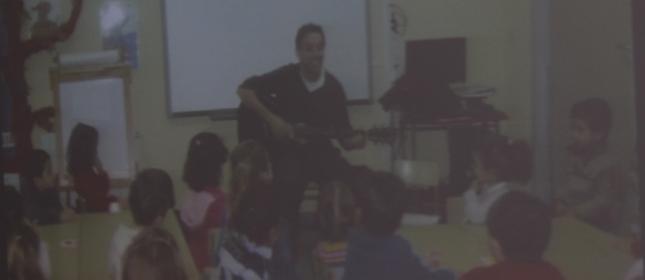El bruno tocando la guitarra para enanos